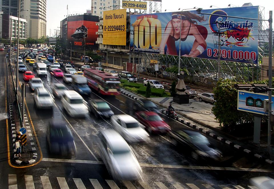 交通在泰國曼谷的繁忙道路上緩慢移動