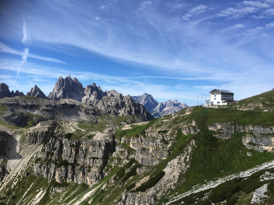 Senderismo en las montañas Dolomitas, Italia