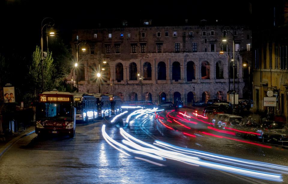 Trafic dans la ville de nuit