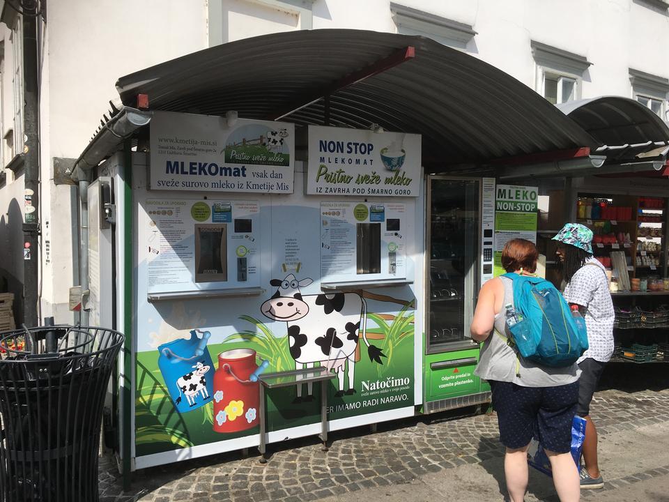 distributore automatico di latte sulla strada di Lubiana, Slovenia
