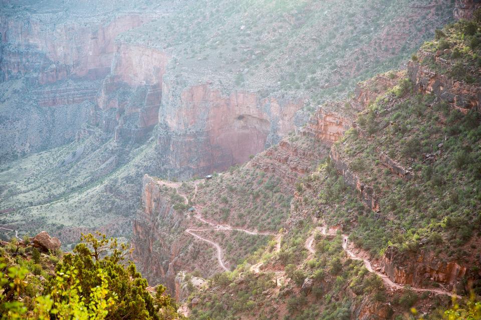 Rocky путь Hiker в сторону долины Большого каньона