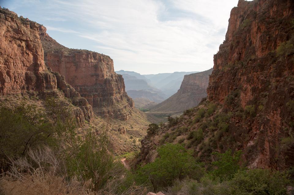 Caminho de alpinista rochoso no lado do vale do Grand Canyon