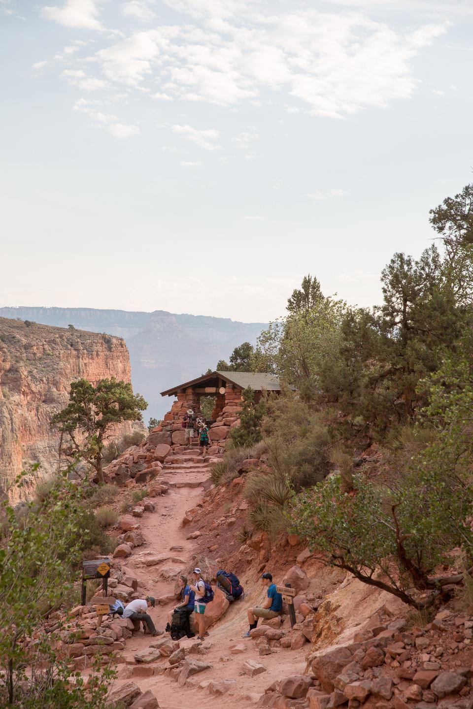 Chemin de randonneur rocheux au bord de la vallée du Grand Canyon