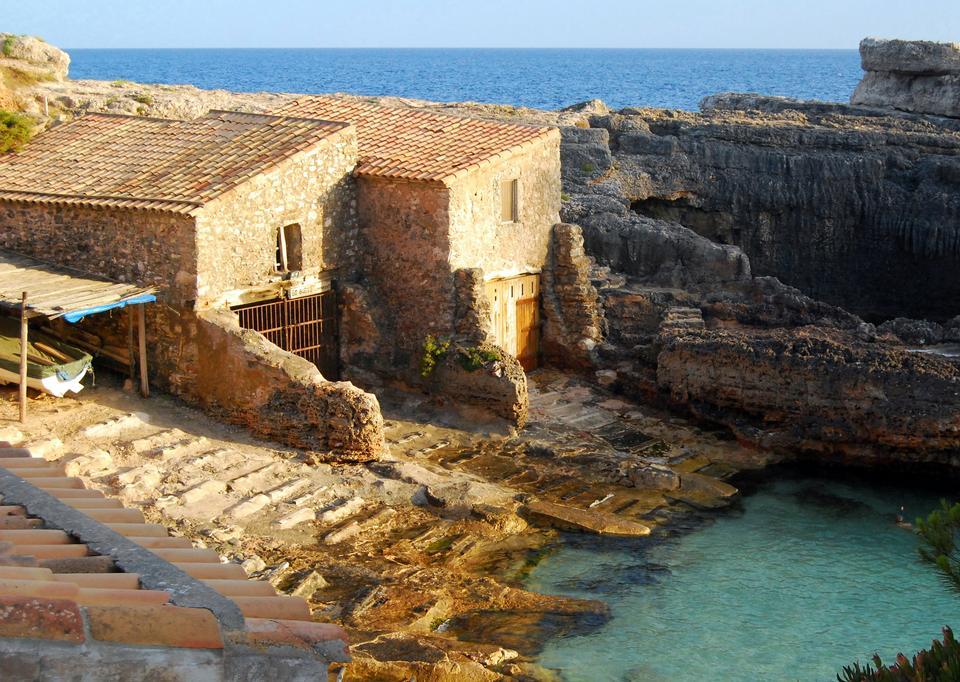 Casas de piedra tradicionales en Cala S'Almonia, isla de Mallorca