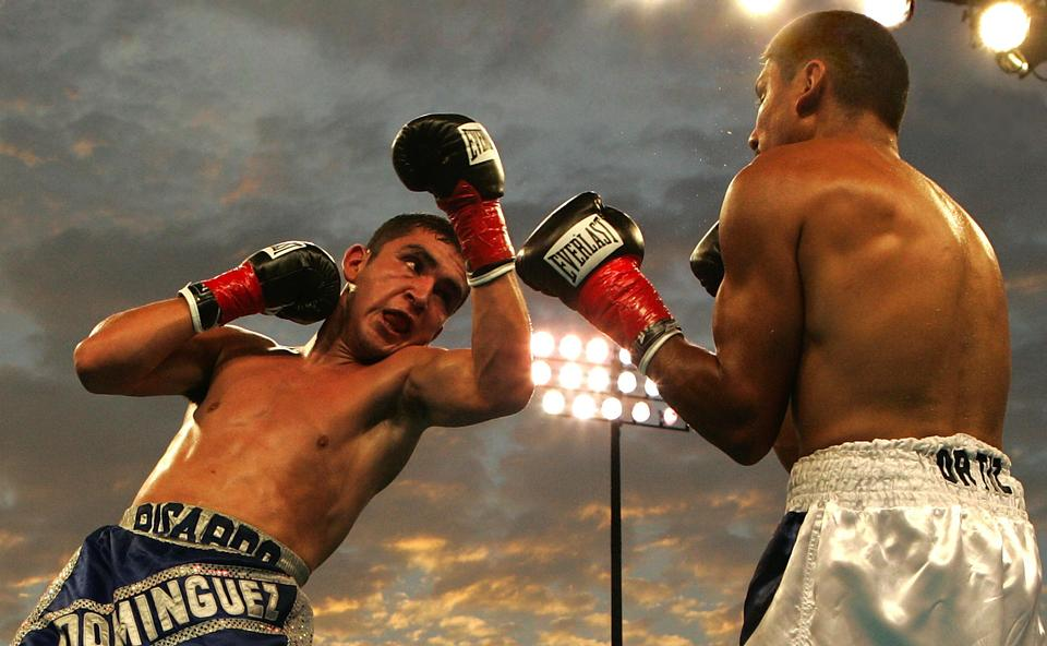 Dos boxeadores jóvenes que se enfrentan entre sí en un partido
