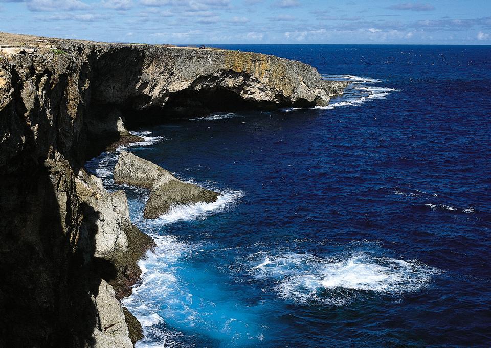 카스 카이스의 바위 해안선라는 동굴로 유명한