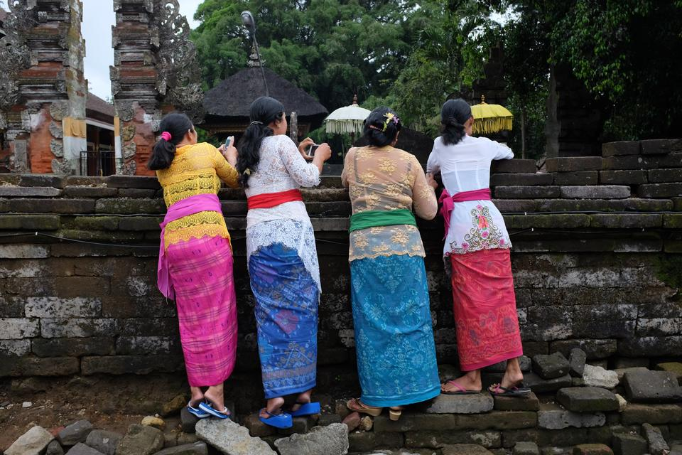 Balinese women in traditional clothes