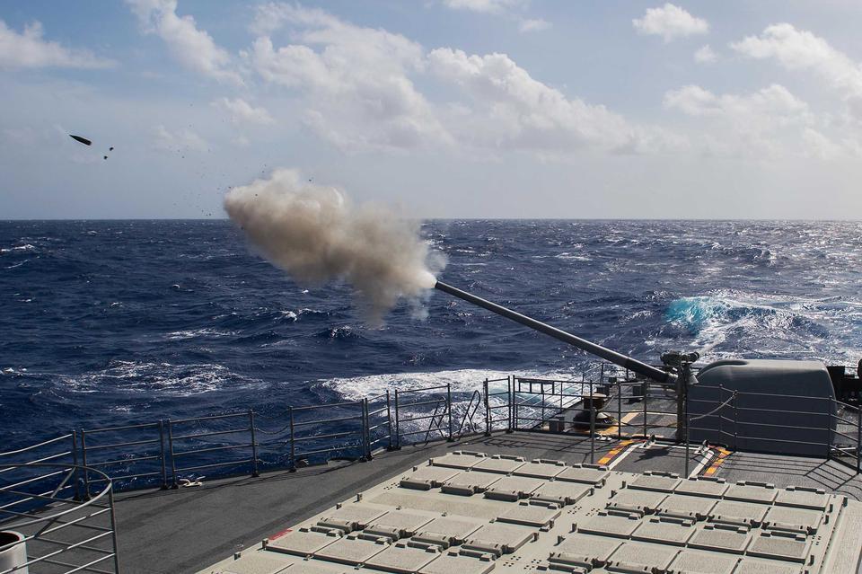 Los marineros a bordo del crucero guiado de misiles