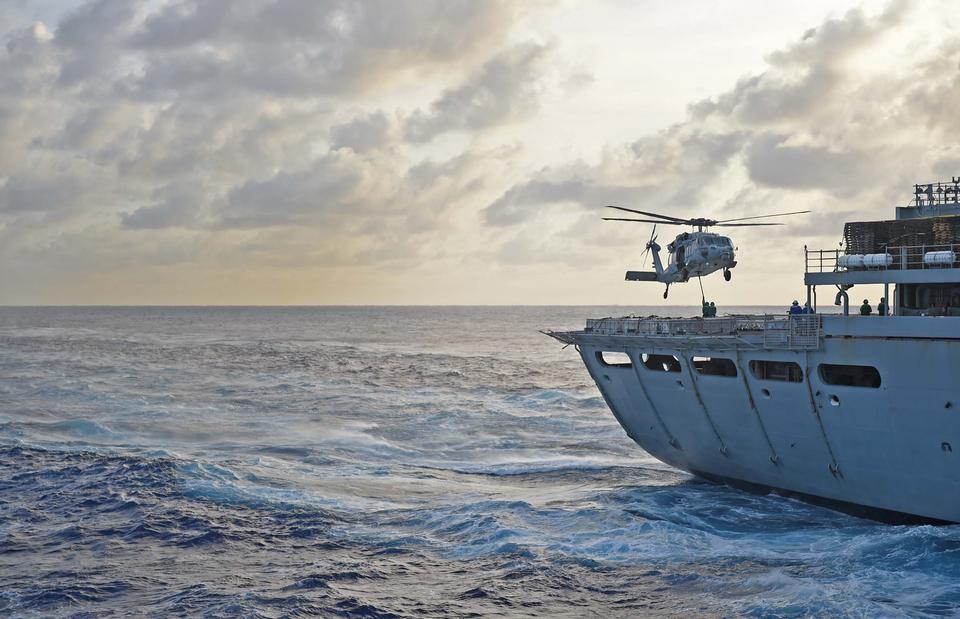 MH-60Rシーホークは飛行甲板の上に置きました