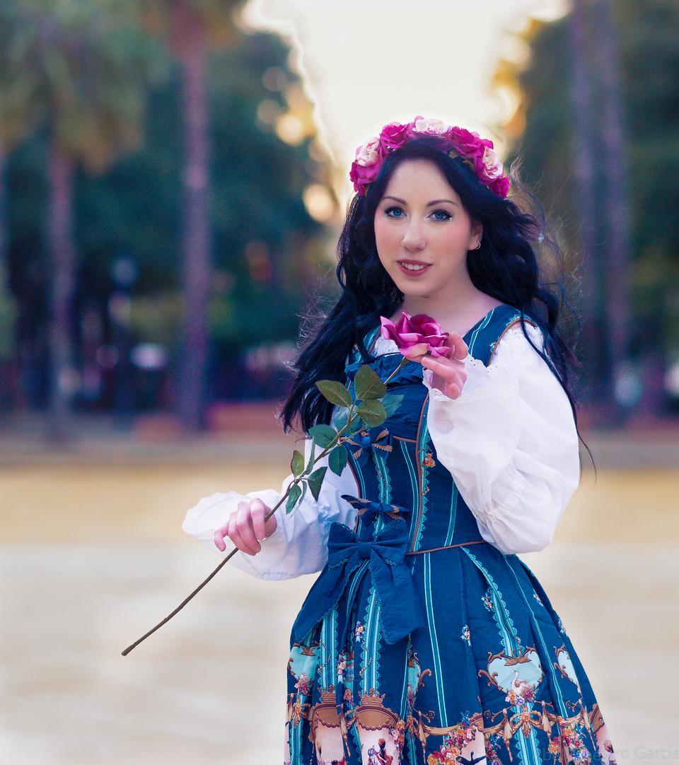 快乐的年轻女子拿着花