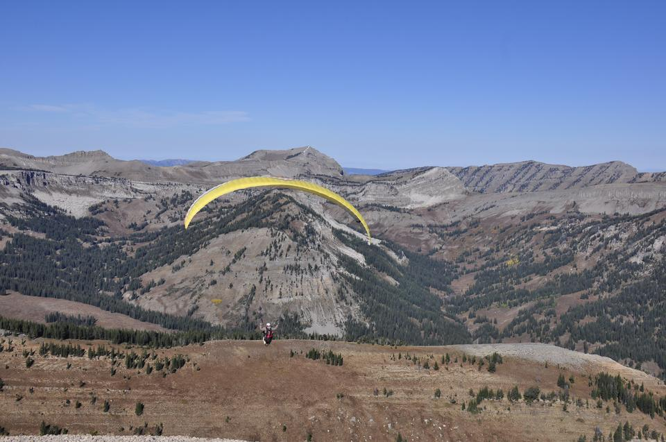 Parapendio decollare da una montagna