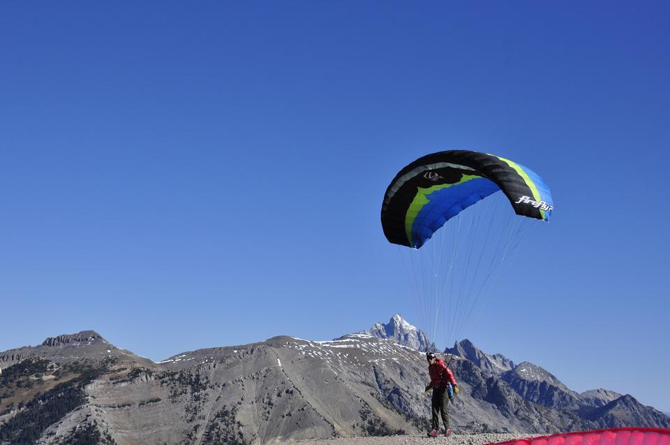 Paraglider Einnahme von einem Berg aus