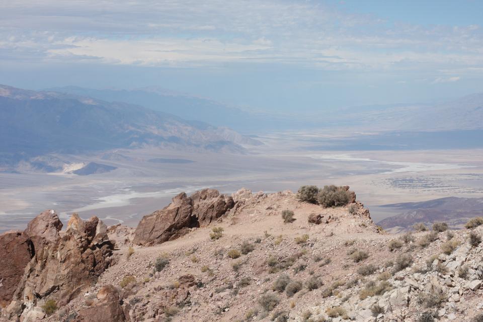 沙丘和山在死亡谷國家公園