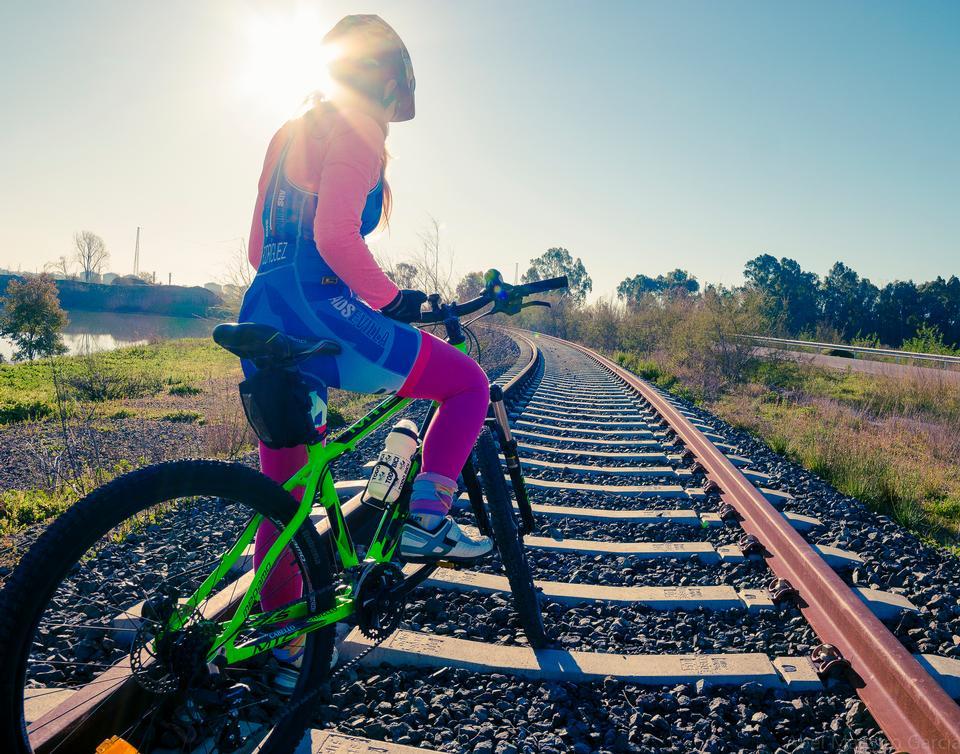 一个美丽的年轻女子骑着自行车她