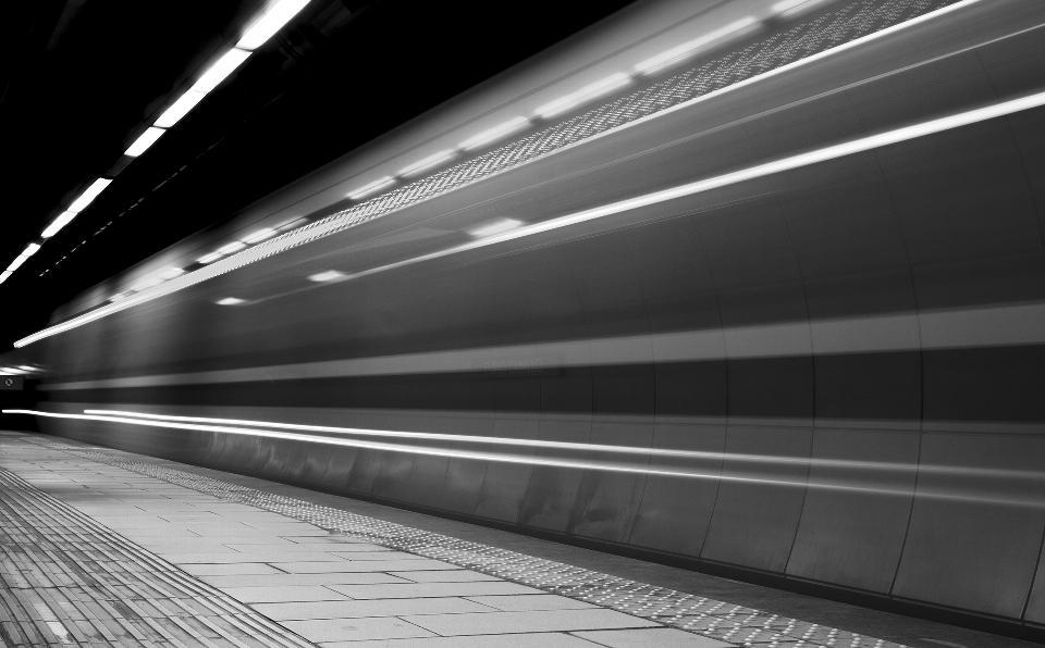 treno in movimento veloce su piattaforma sotterranea