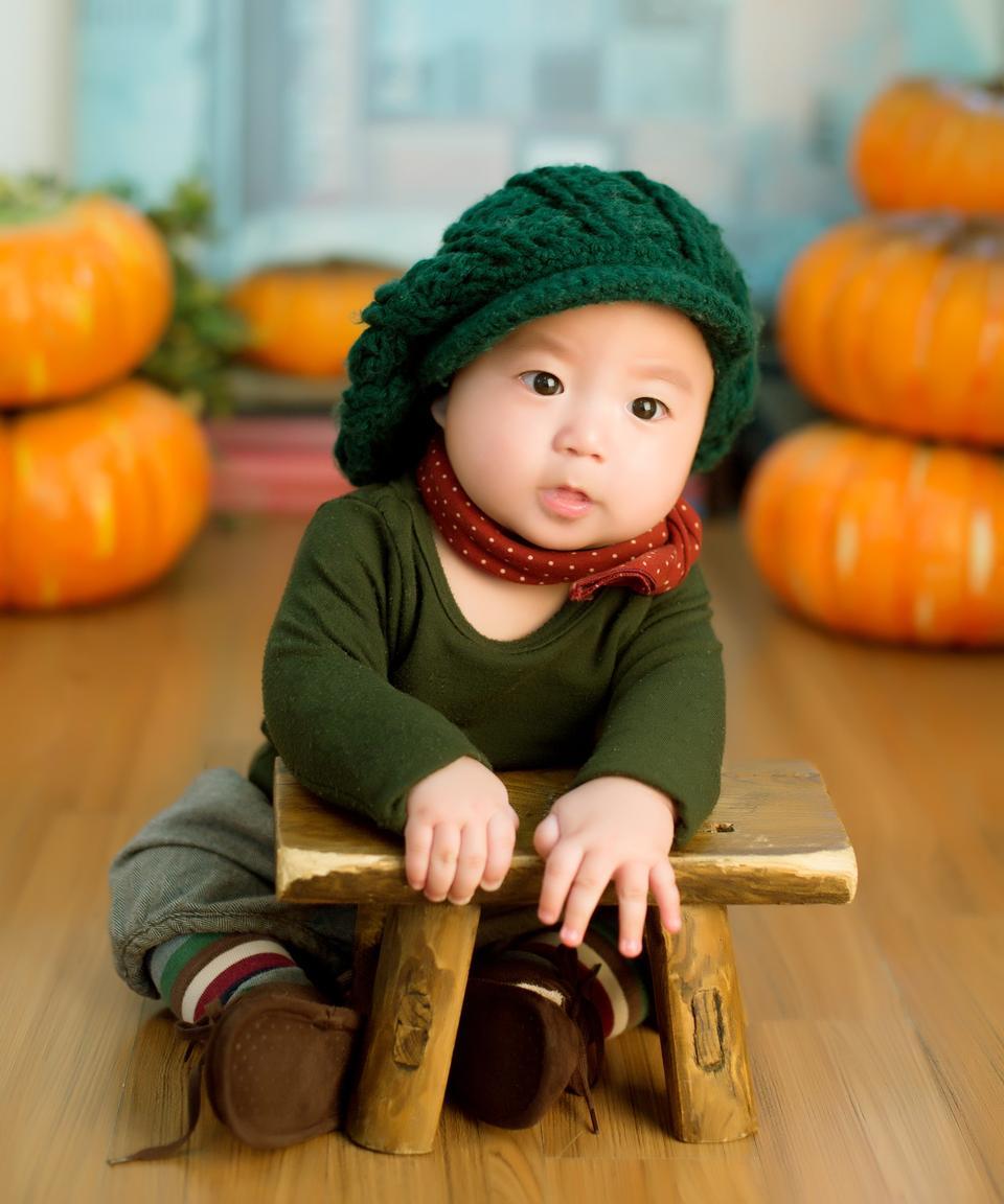 木の上に座って小さな男の子