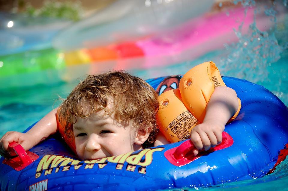 子供たちは水泳します