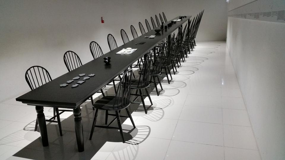 Una sala riunioni vuota e tavolo da conferenza