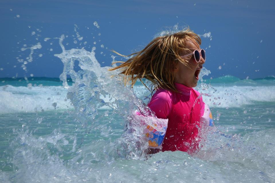 小女孩用冲浪板冲浪学习