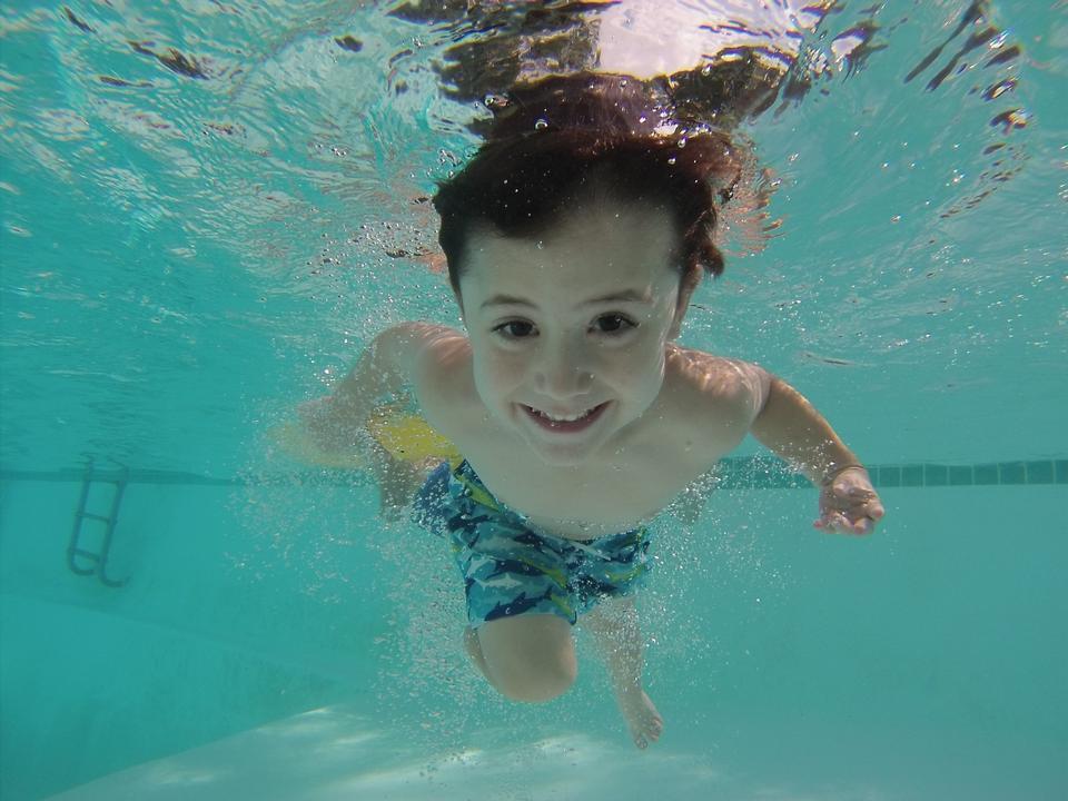 幸せな子供の水中肖像画。夏休み