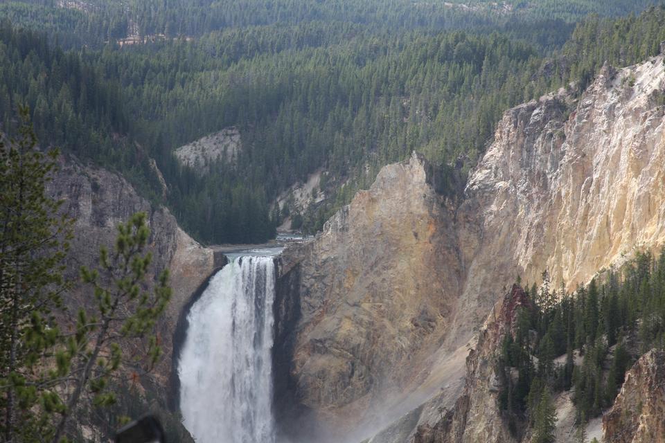 在黄石大峡谷下瀑布