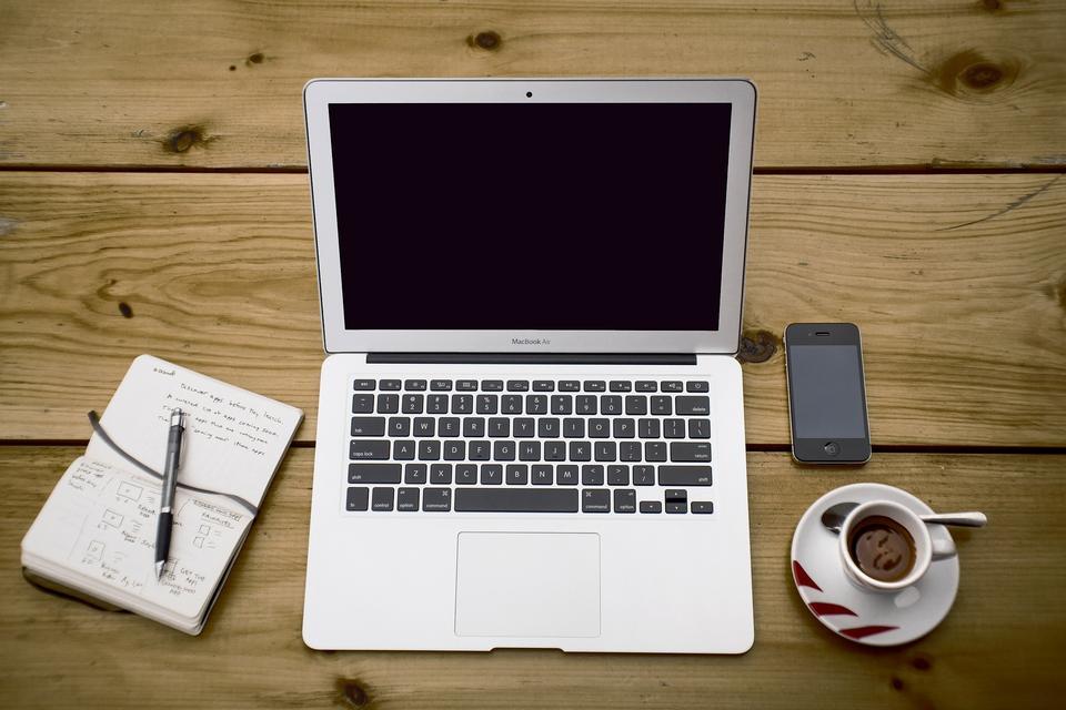 espacio de trabajo con estilo con el equipo en el hogar o estudio