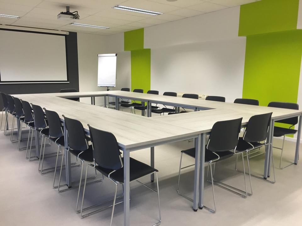 mesa y sillas de conferencia o