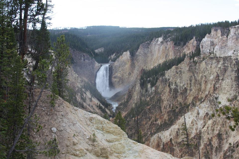 在黃石大峽谷下瀑布