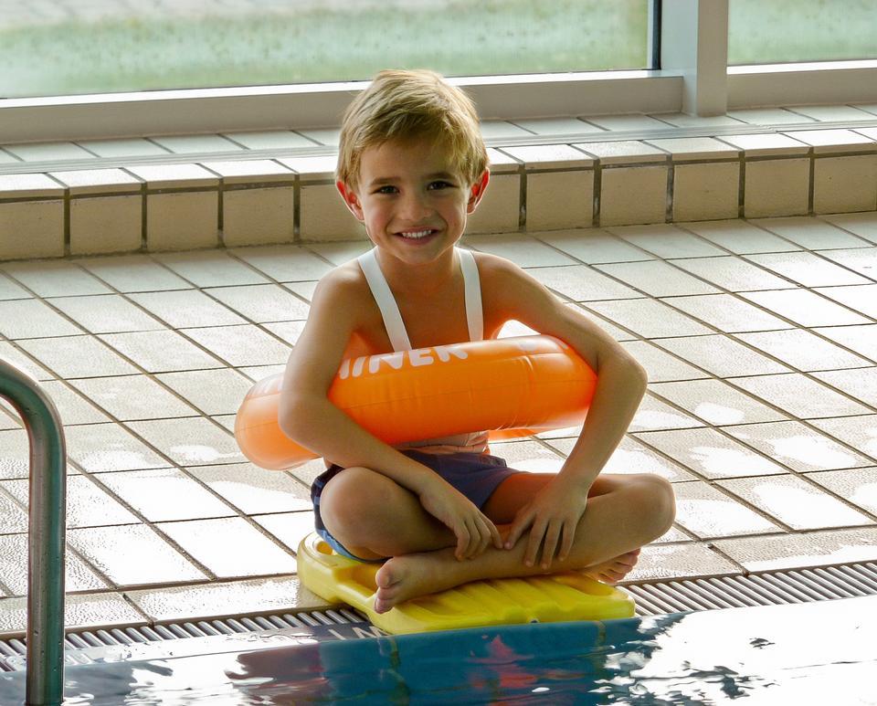 プールで楽しんでヤング・ボーイズ。