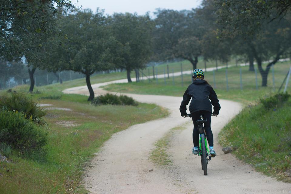 外の自転車に乗って幸せな若い女性