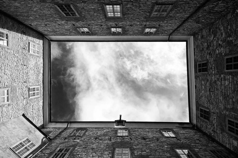 vue vers le haut abstraite en noir et blanc des gratte-ciel du centre-ville.