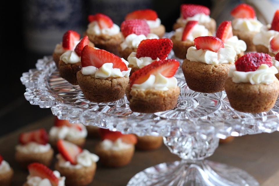 Lebensmittel-Serie: süße rosa Kuchen mit Sahne