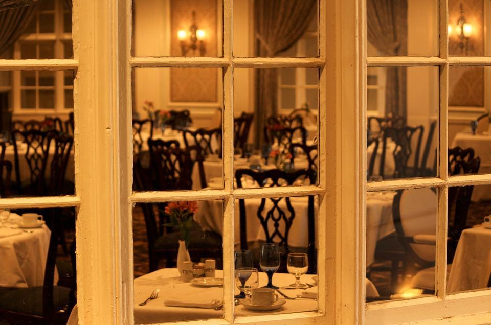 木製的桌子和模糊餐廳背景