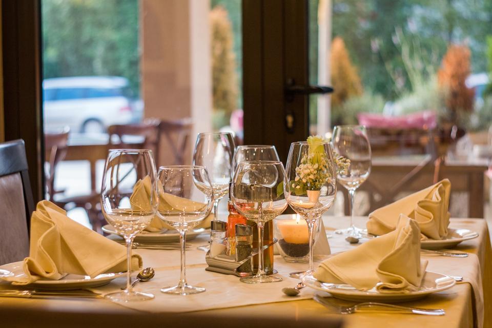 テーブルセットのレストラン
