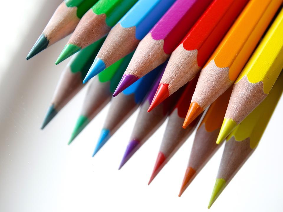 着色クレヨン鉛筆は、白い背景で隔離します