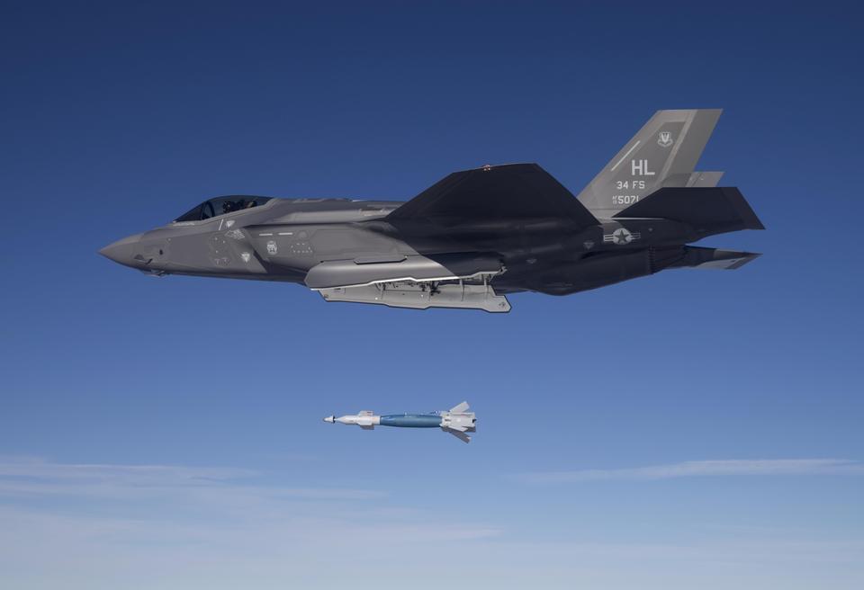 un laser guidé par la bombe d'un foudre F-35A GBU-12