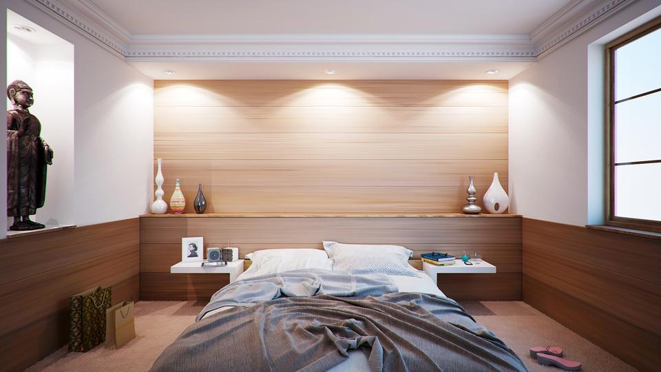 Imagen de amplio dormitorio con muebles de estilo moderno