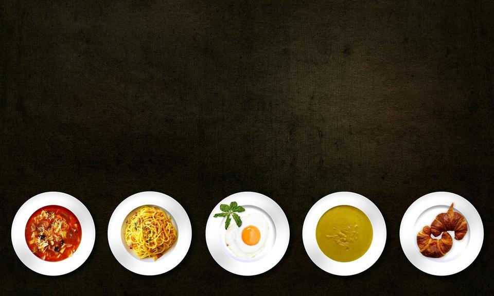 Verschiedene Arten von Lebensmitteln auf weißem Teller, Draufsicht