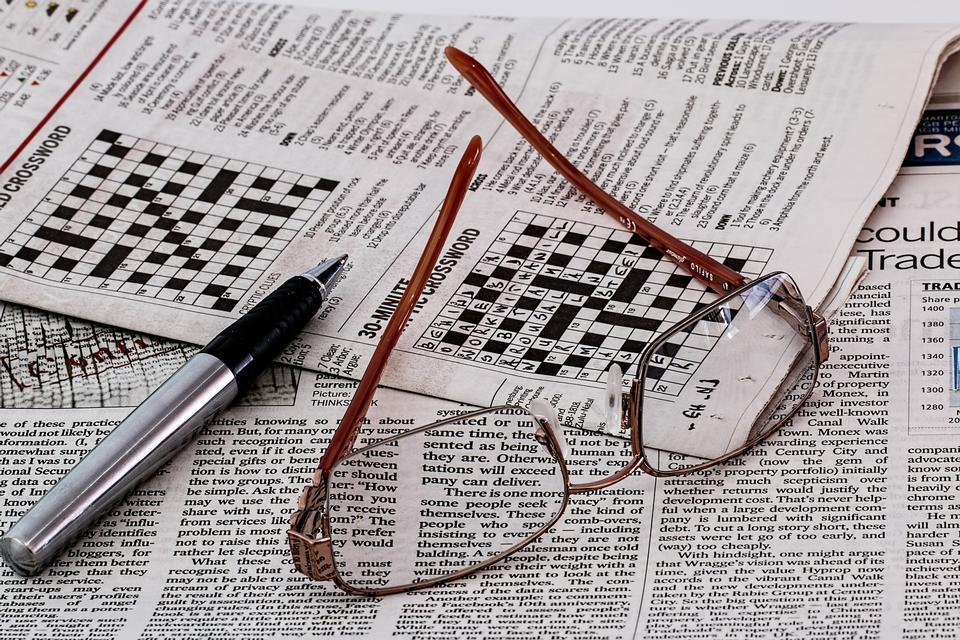 giornale e occhiali