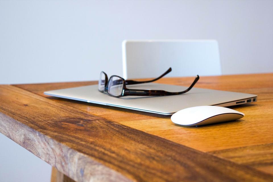 Ordinateur portable et glassese sur la table en bois
