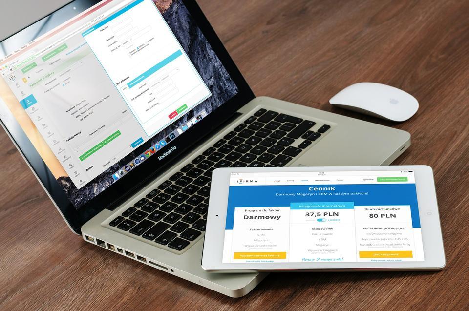 在移动设备上的手机,笔记本电脑和平板电脑响应性网页设计