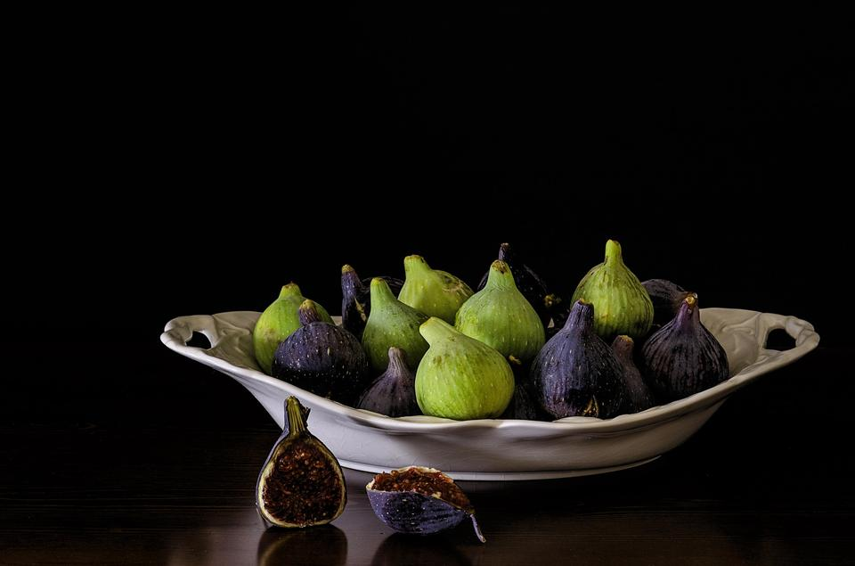 figs on a dark dish background. tinting.