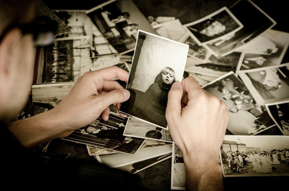 In bianco e nero foto di famiglia disposti su sfondo nero.