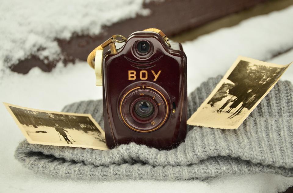 木製のテーブルの上に古いカメラのレンズの写真をクローズアップ
