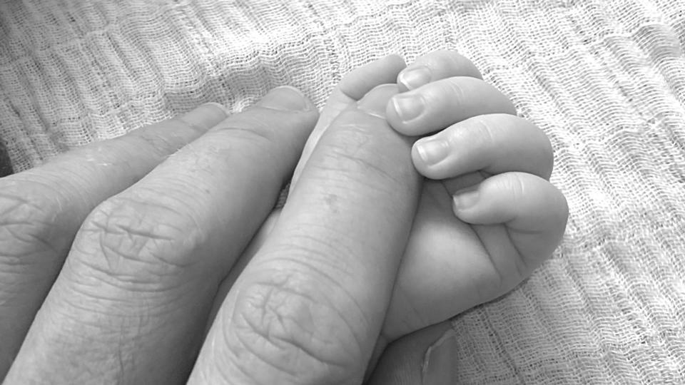 어머니 근접의 손에 잠자는 아기 손