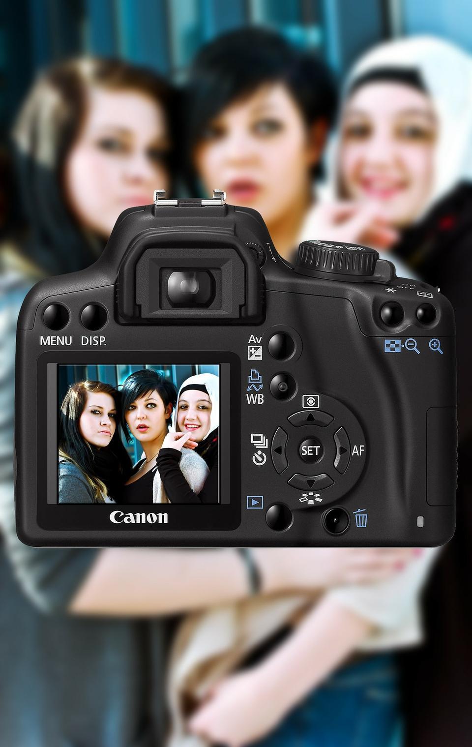 相機的取景微距拍攝,重點在三個女人