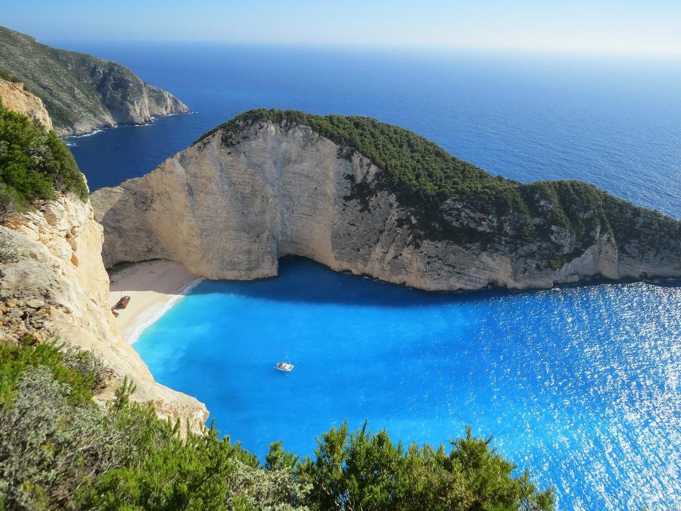 岩石海岸與海的地平線