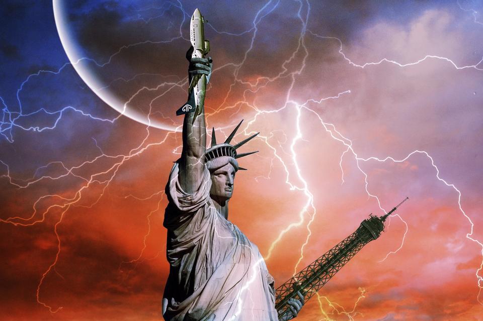 Statue de la Liberté sur l'arrière-plan de Thunder