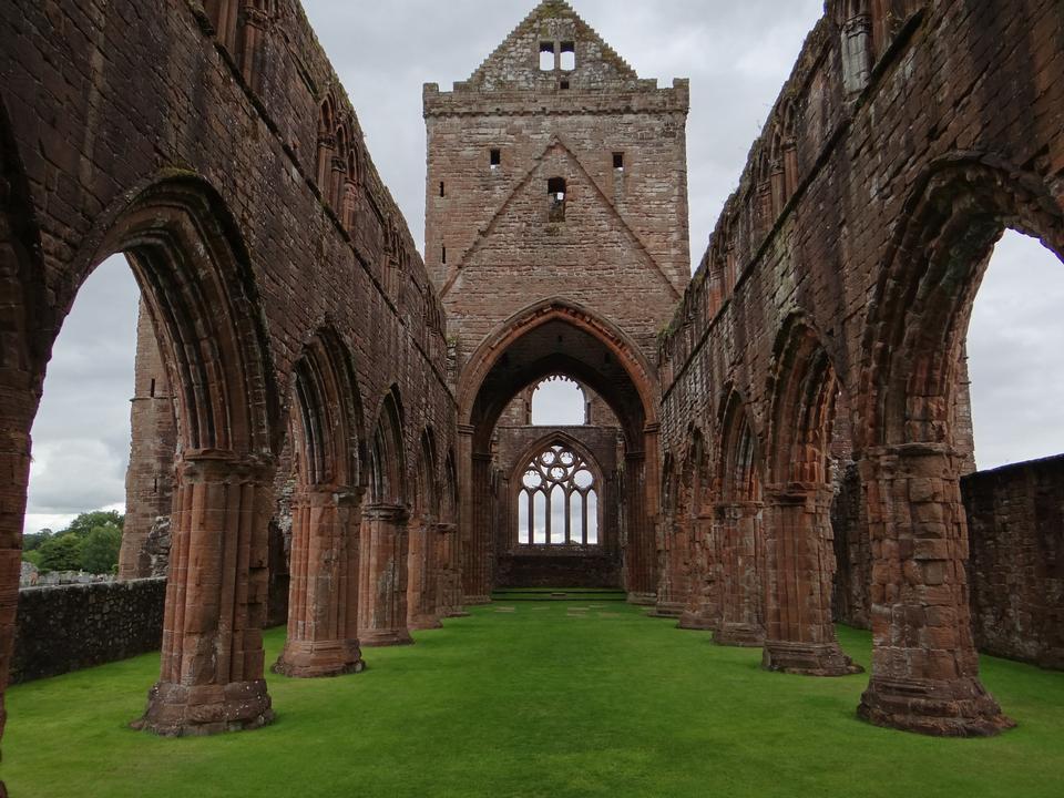 태양 광선과 Whitby 수도원의 고딕 양식의 유적