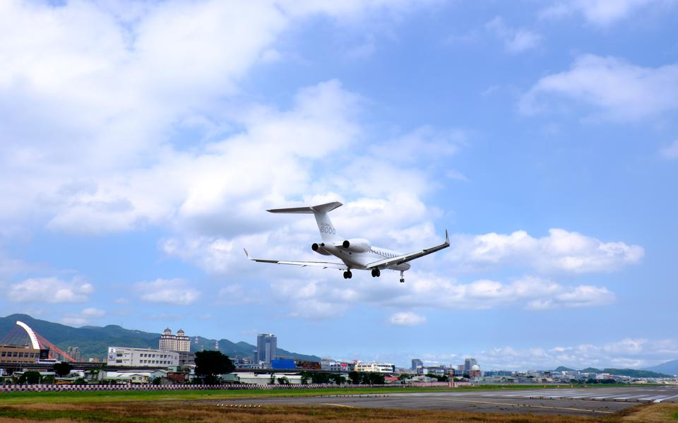 BD-700-1A10 Approach at Taipei Songshan Airport